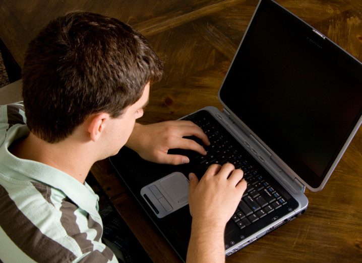 teen-on-laptop-800x600