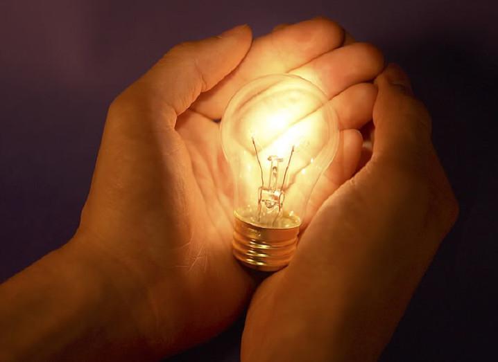innovation-hands-lightbulb