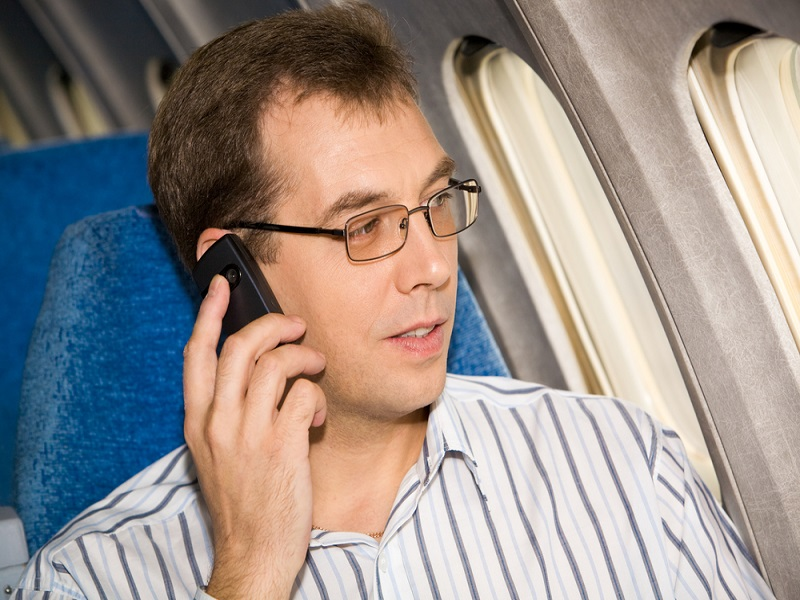 Leaving your mobile on can make cockpit screens go blank, says FAA