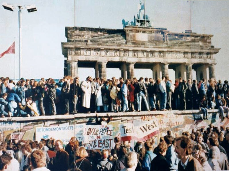 Google marks 25th anniversary of fall of Berlin Wall with video doodle