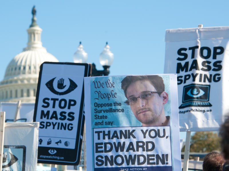Oliver Stone to direct Edward Snowden biopic – movie set for Christmas 2015 release