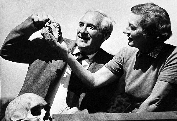 Mary and Louis Leakey inspecting the Australopithecus boisei skull found by Mary. Image credit: Leakey Foundation
