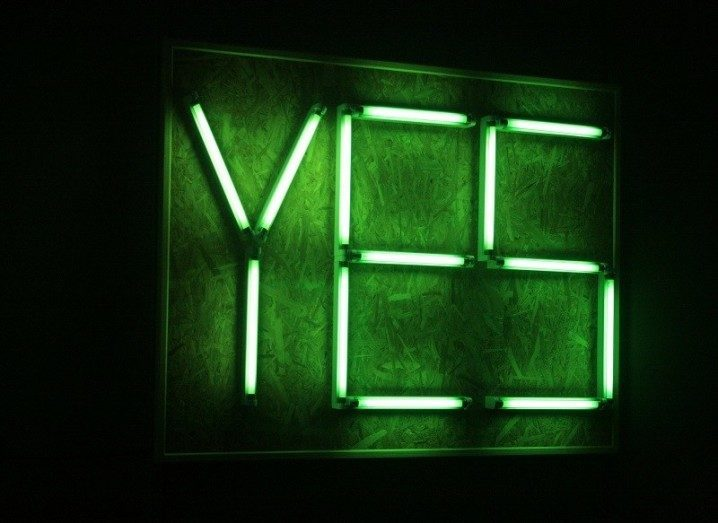Neon sign that says Yes
