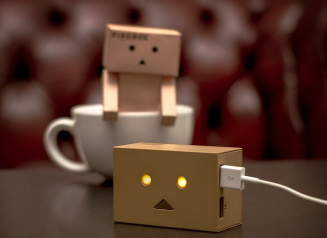 8 cool phone chargers - Robot head