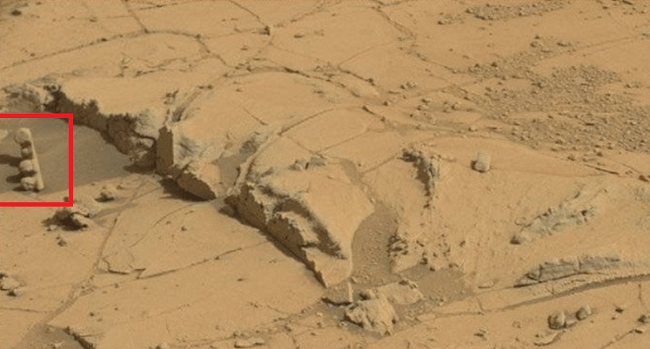 Strange objects on Mars