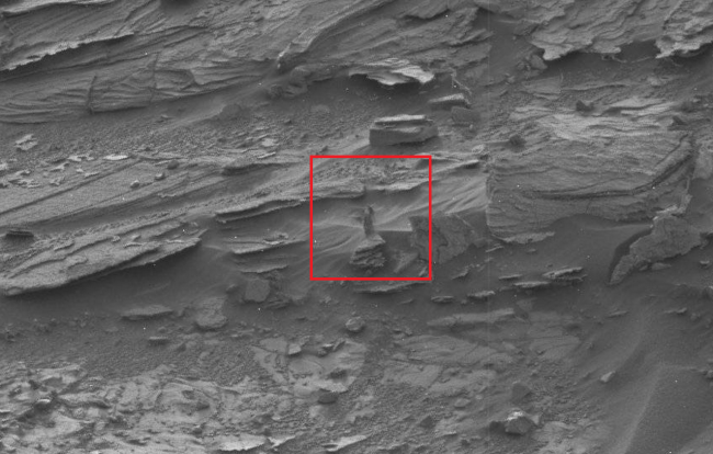 Strange objects on Mars woman