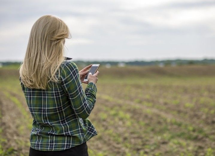 smartphone-rural-social-yapping-shutterstock