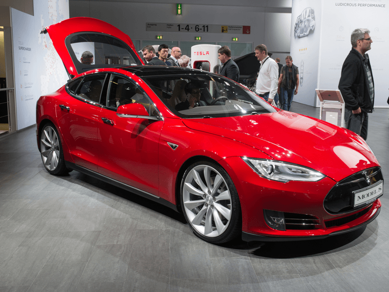 Tesla Model S cars can now drive and park themselves