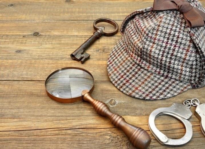 Murder mystery: magnifying glass, handcuffs and deerstalker