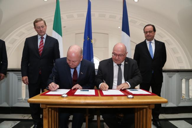 Signing the agreement are (l-r) An Taoiseach Enda Kenny, EirGrid chief executive Fintan Slye, RTE chairman François Brottes, President François Hollande.