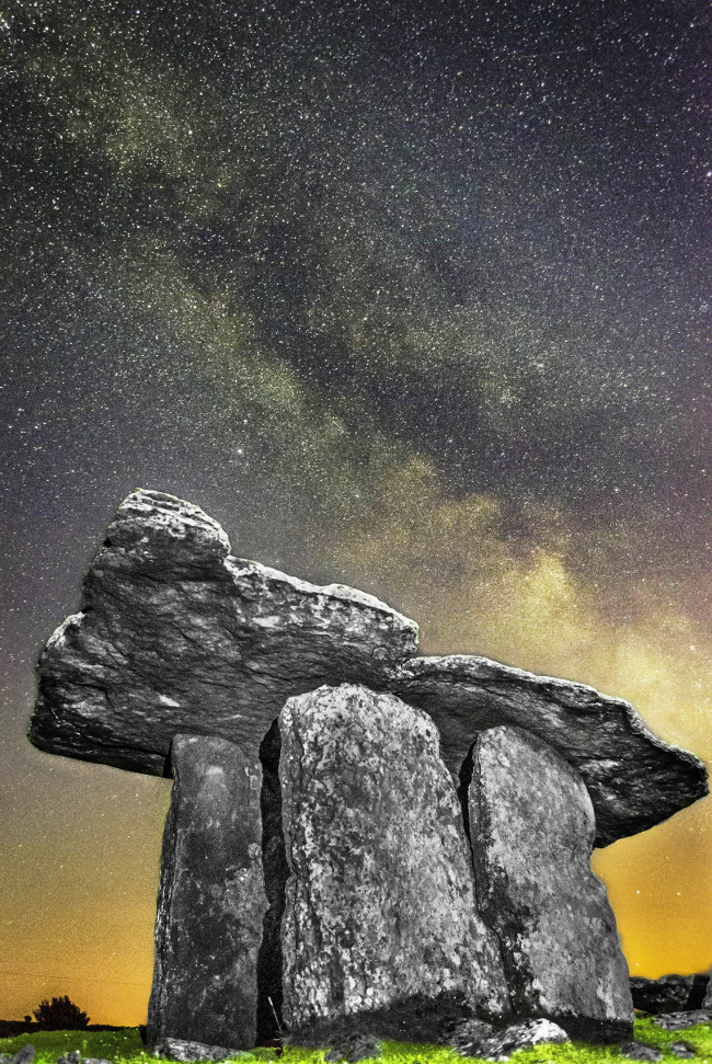Poulnabrone Dolmen, Co. Clare. Image via Frank Chandler/Wikimedia Commons