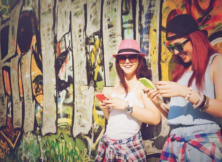 Google Allo: people using phones