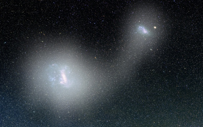 Pale white veils and the narrow bridge between the Clouds represent the distribution of the RR Lyrae stars detected with the data from the Gaia satellite. Image: V. Belokurov, D. Erkal and A. Mellinger