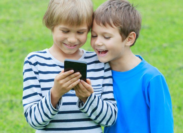 Smartphone use. Image: Veja/Shutterstock