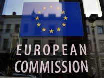 EU warns Facebook, Google and Twitter that they must respect consumer rules