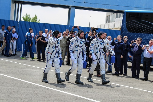 Astronauts on way to the Soyuz rocket