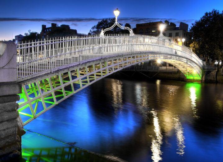 The ha'penny bridge in Dublin, Ireland, at night.