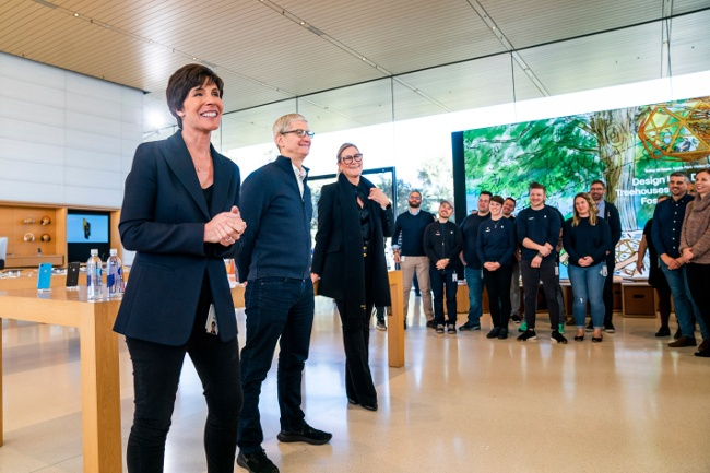 Senior leaders at Apple including O'Brien and CEO Tim Cook brief staff at an Apple Store.