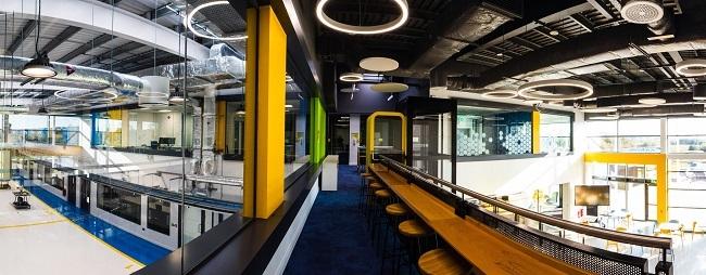 Weitwinkelaufnahme des Innenraums des neuen Forschungszentrums Confirm Manufacturing.