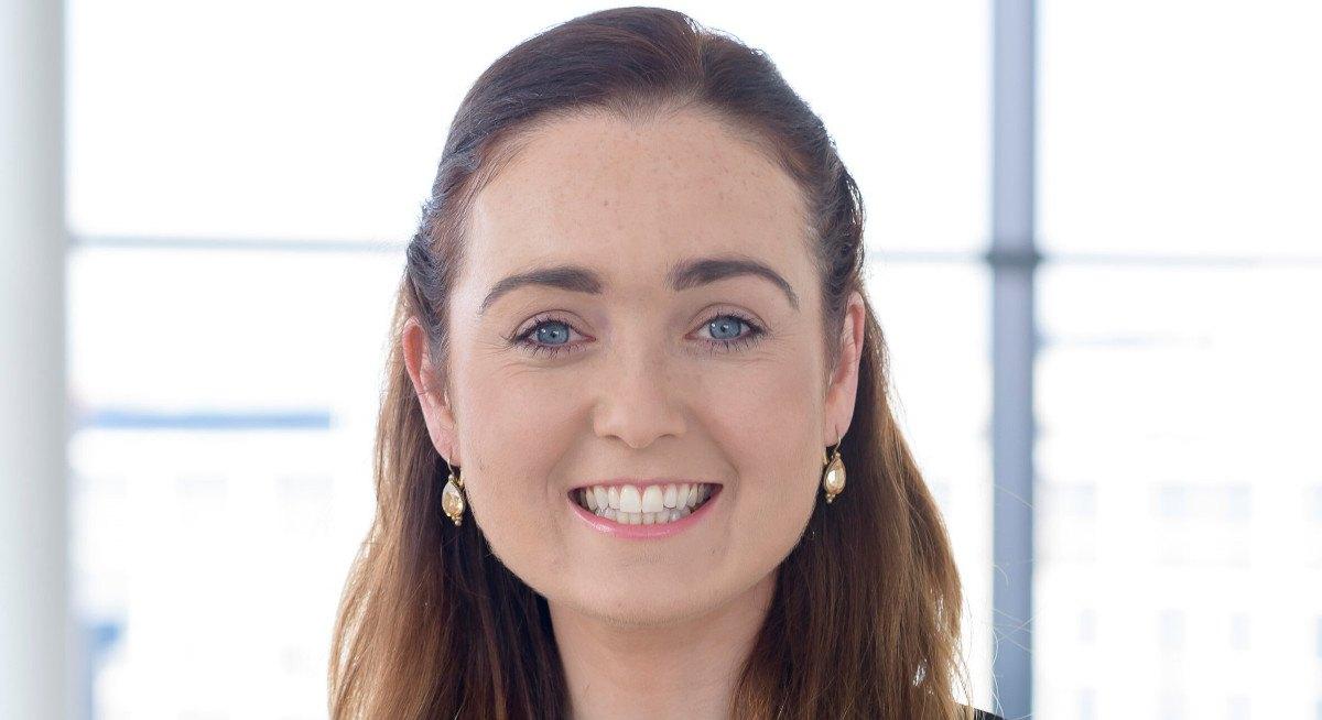Le Dr Orna Fennelly de l'ICHEC sourit devant la caméra devant une fenêtre bien éclairée.