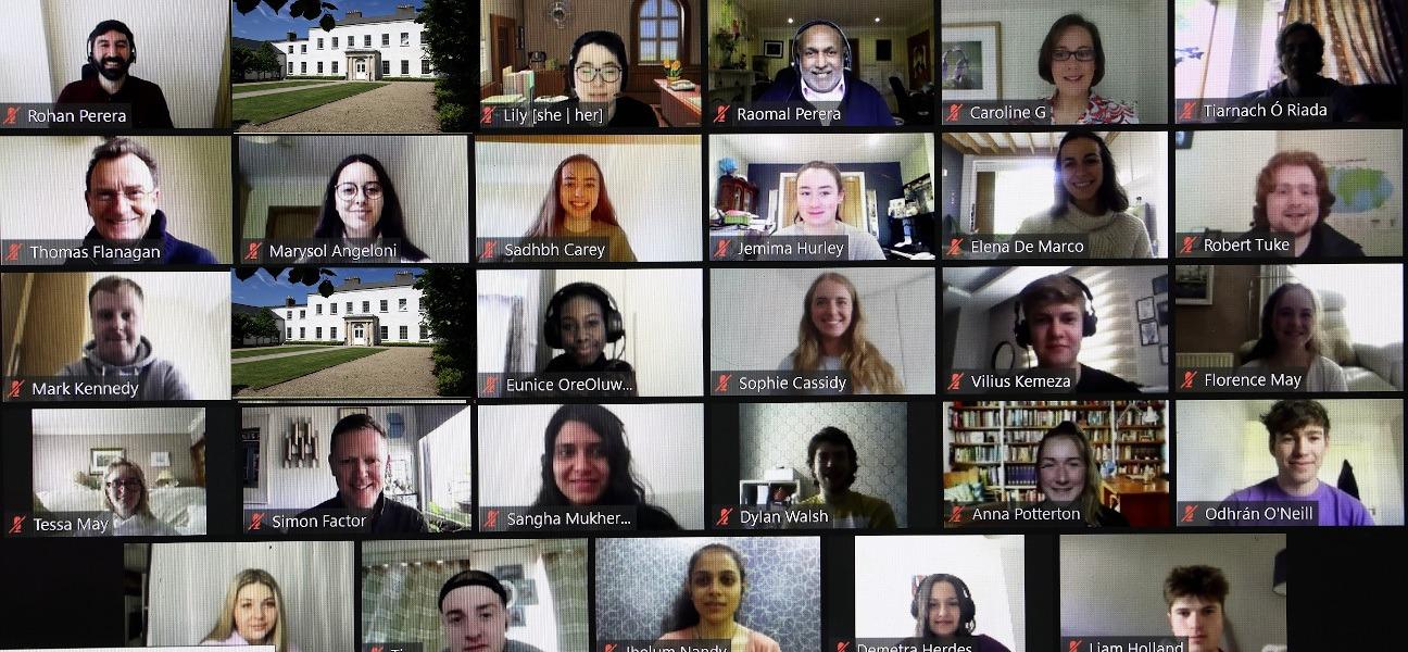 Une capture d'écran de plus de 20 personnes lors d'un appel Zoom.