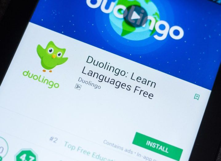The button to install the Duolingo app is open on a smartphone screen.
